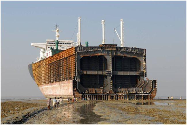 демонтаж огромного судна на берегу