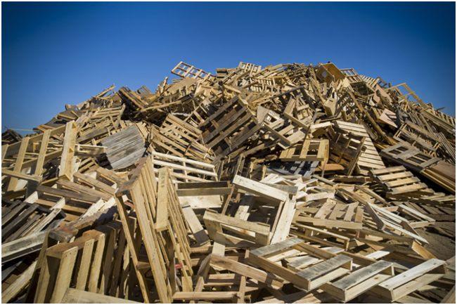 куча деревянных поддонов