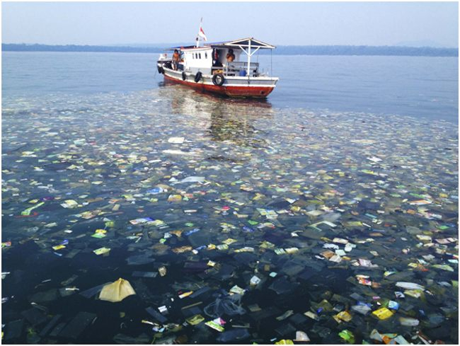 мусор в воде и судно