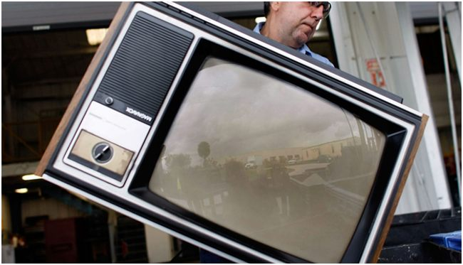 мужчина со старым телевизором