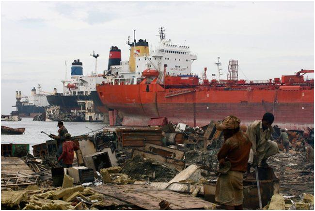 рабочие при утилизации кораблей
