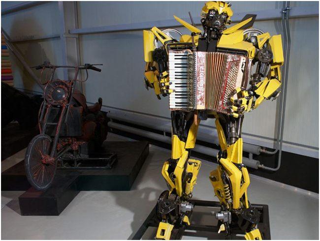 робот с гармошкой из мусора