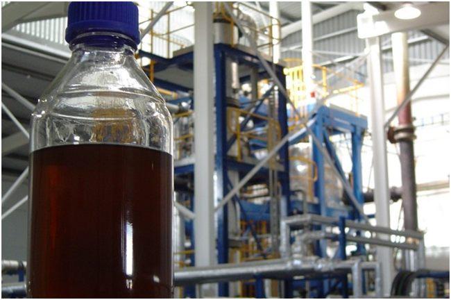синтетическая нефть в бутылке