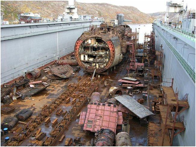 старая подводная лодка в разрезе