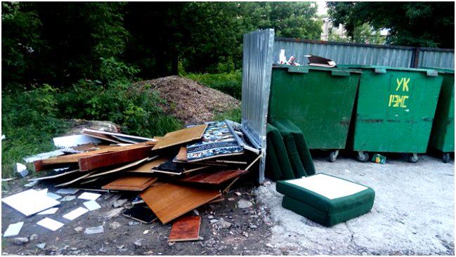 КГМ возле мусорных баков