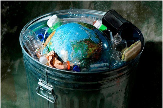 глобус и пластик в ведре
