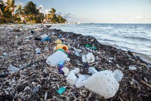 мусор на берегу океана