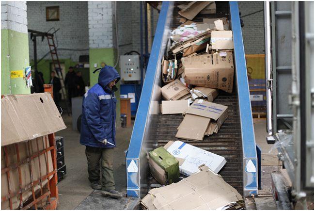 на заводе по переработке картона