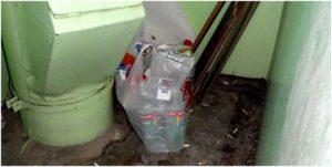 пакет с мусором около мусоропровода