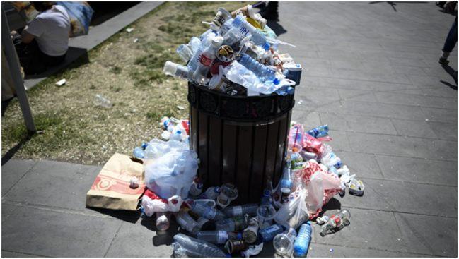 пластиковые отходы в уличной урне