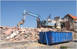 погрузка строительного мусора в синий контейнер