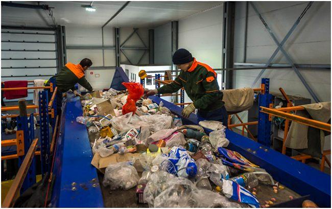 сортировка мусора на конвейере