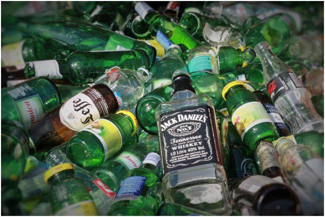 стеклянные бутылки из-под напитков