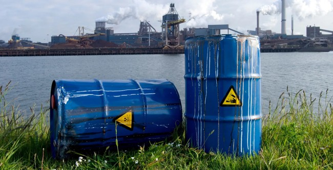 бочки с токсичными отходами на берегу