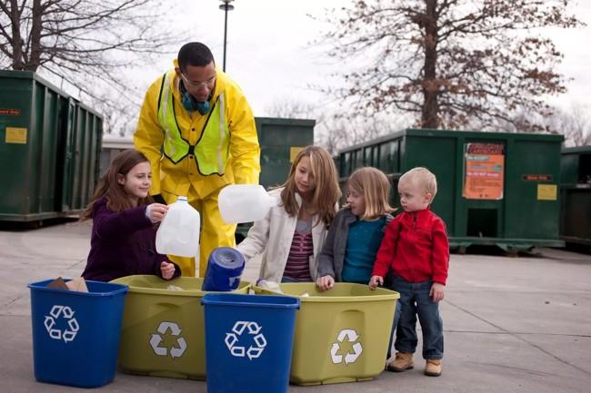 дети сортируют мусор