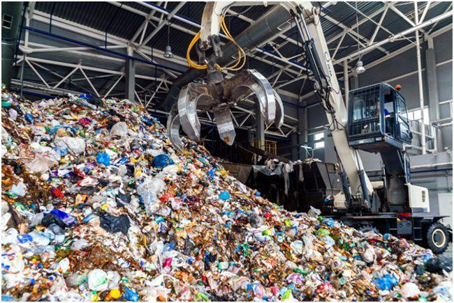 куча мусора на заводе