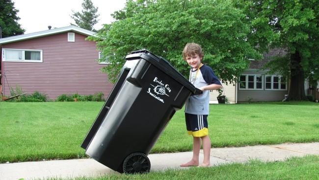 мальчик с баком для мусора