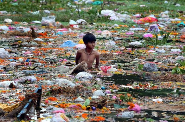 мальчик тонет в мусоре