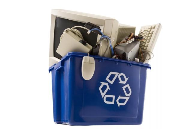 мусорный бак с техникой