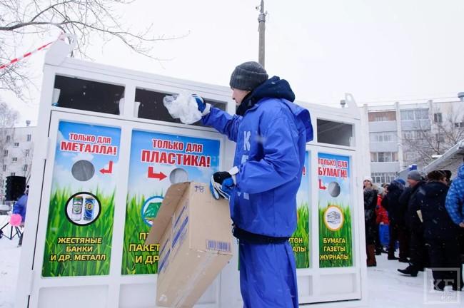 мужчина бросает мусор в бак