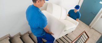 мужчины несут диван