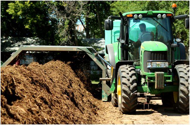 перемешивание компостной кучи трактором