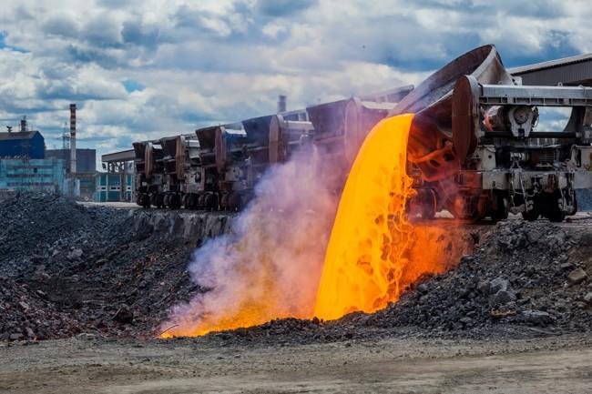 сливают отходы металлургии