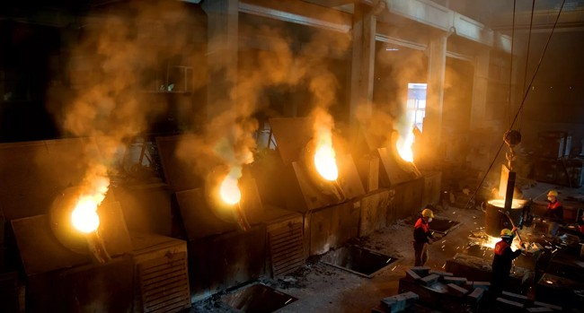 сжигают мусор на заводе