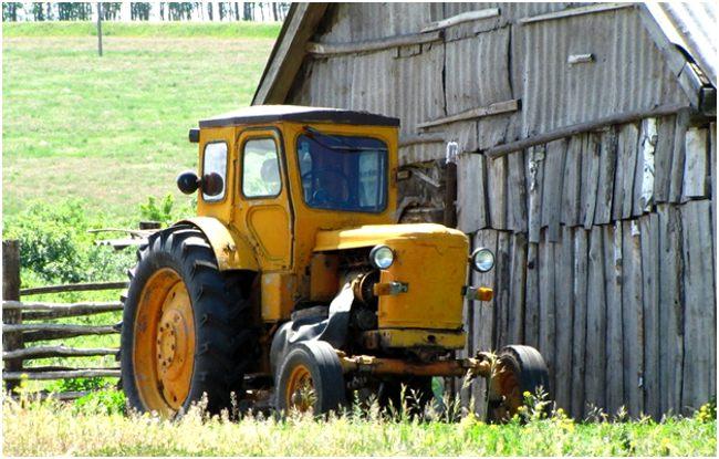 трактор у старой фермы