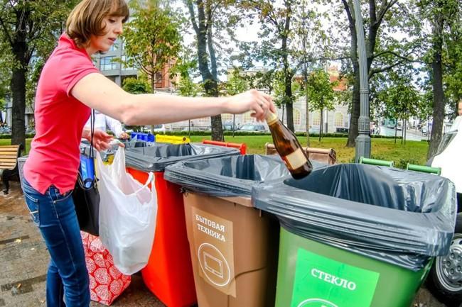 женщина кидает мусор в бак