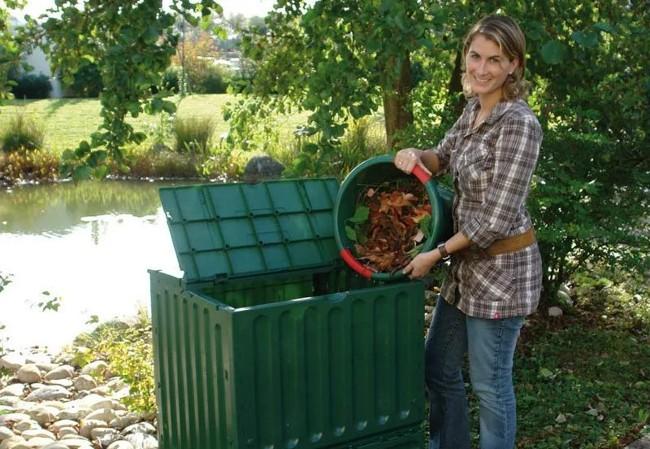 женщина кидает мусор в компостер