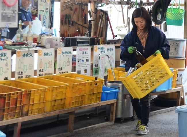 женщина сортирует мусор