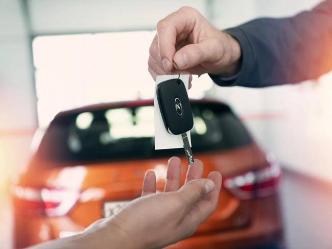 получают ключи от авто