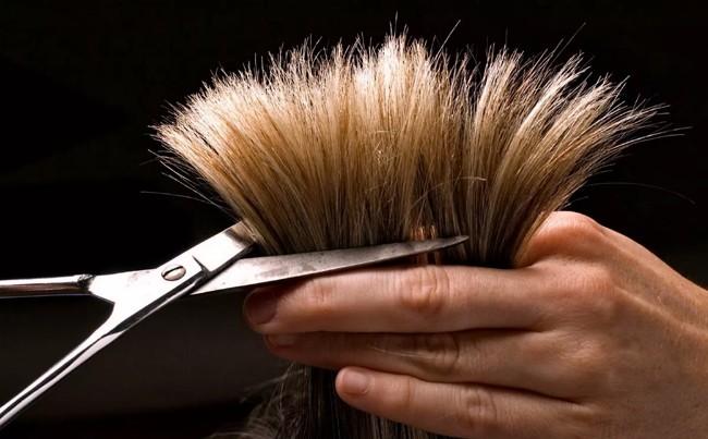 стригут волосы